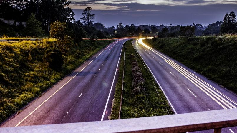 Fernbeziehung Tipps - Straße verläuft durch das Bild in Abenddämmerung