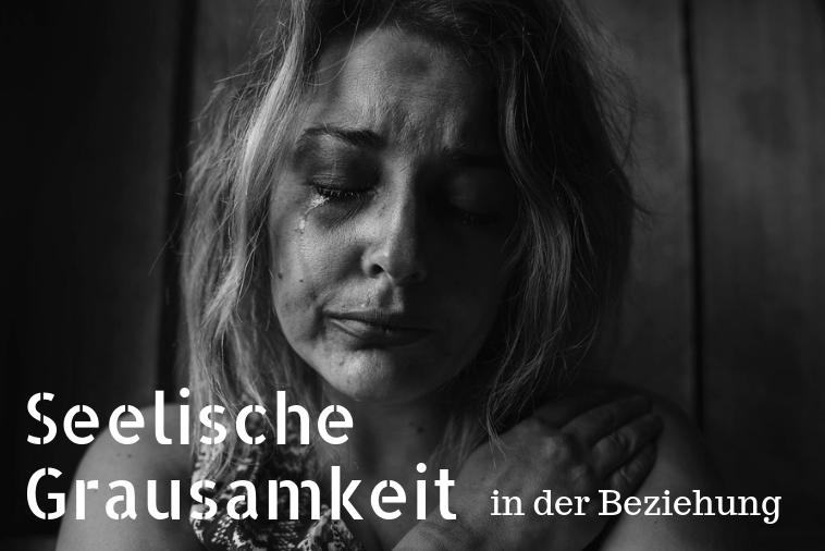 """Frau Schwarz weiß weinend mit Text """"Seelische Grausamkeit in der Beziehung"""""""
