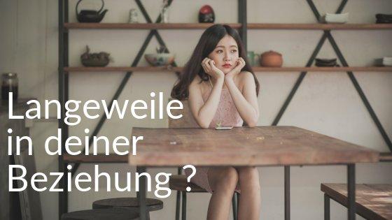 Mädchen sitzt gelangweilt am Tisch aufgrund von Langeweile in der Beziehung