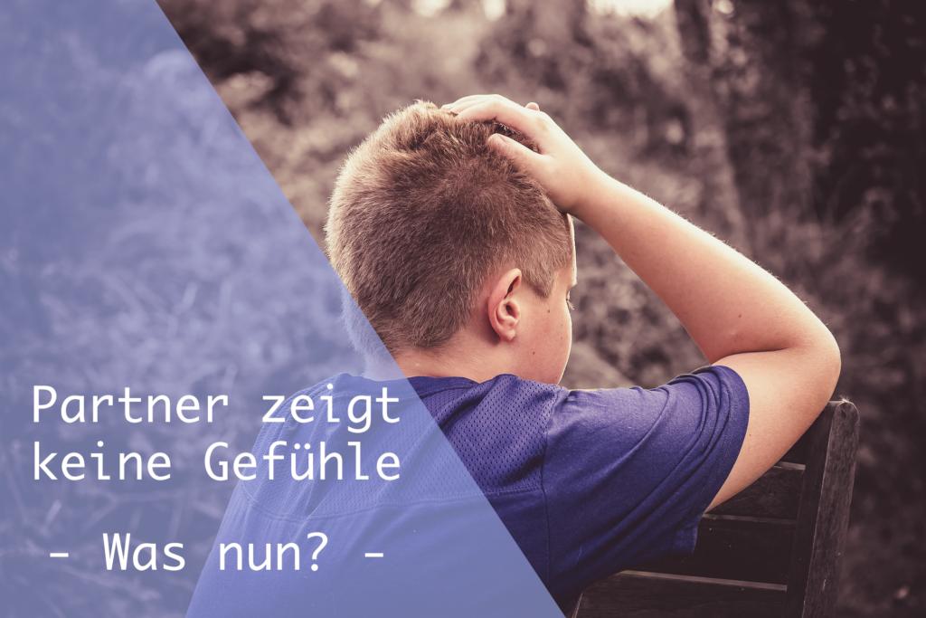 Verzweifelter Junge auf Bank mit Händen am Kopf - Partner zeigt keine Gefühle